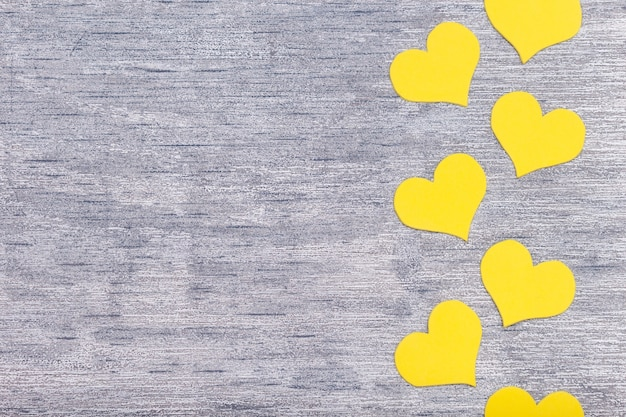 Żółte serduszka na szarym tle, leżał płasko