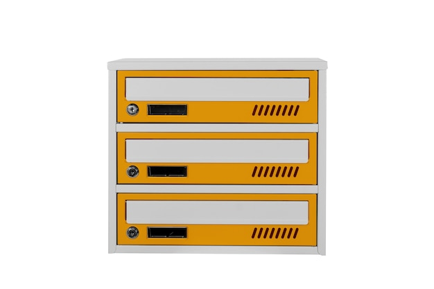 Żółte skrzynki pocztowe na białym tle na białym tle. skrzynka pocztowa do wejścia do kamienicy. metalowa skrzynka pocztowa