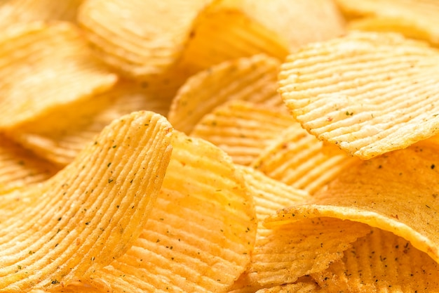 Żółte solone chipsy ziemniaczane