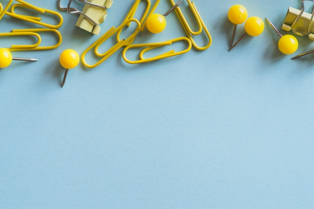 Żółte spinacze do papieru i spinacze do segregatorów