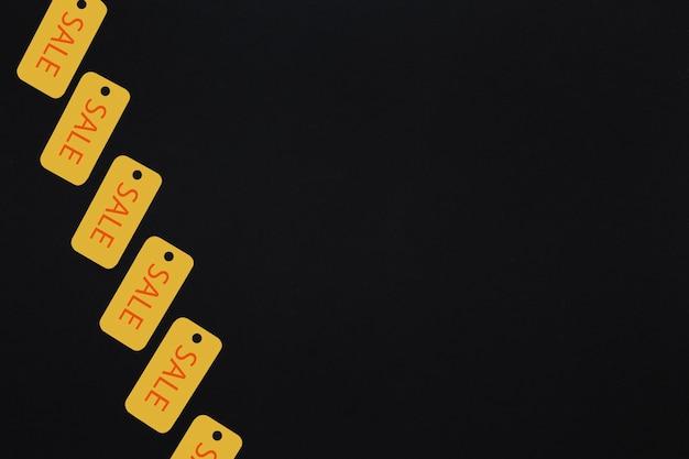 Żółte sprzedaży etykietki na ciemnym tle