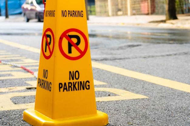 Żółte stożki z tworzywa sztucznego zabraniają parkowania w pobliżu.