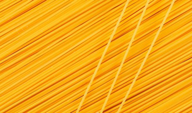 Żółte surowe spaghetti.