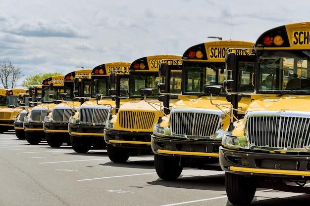 Żółte szkolne autobusy zaparkowane w pobliżu liceum