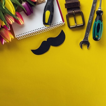 Żółte tło z różnych elementów dla dnia ojca