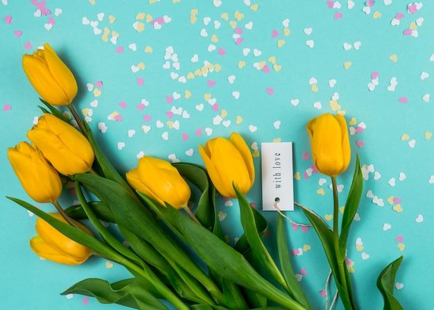 Żółte tulipany i napis z miłością