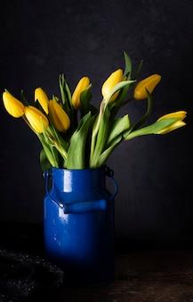 Żółte tulipany na wazonie