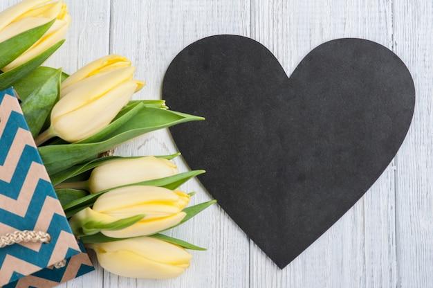 Żółte tulipany w opakowaniu kraft