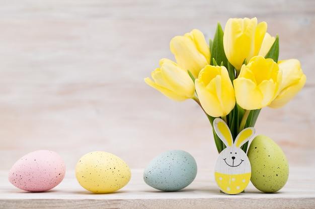 Żółte tulipany, wiosenne kwiaty i dekoracje wielkanocne