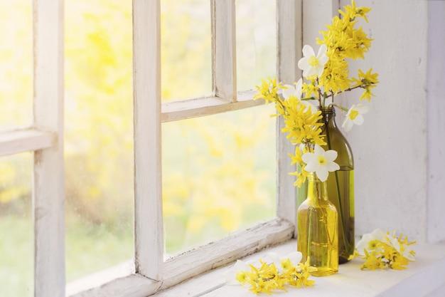 Żółte wiosenne kwiaty na parapecie