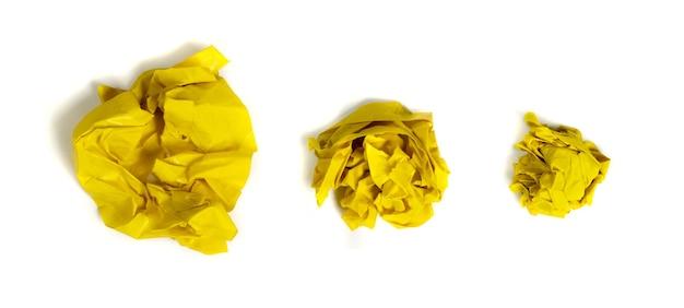 Żółte zmięte kulki papieru odizolowane