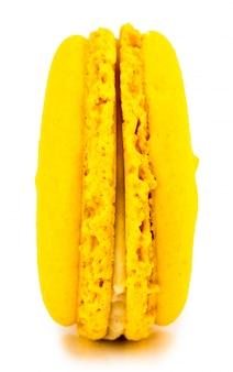 Żółtego torta macaron lub macaroon odosobniony, słodki i kolorowy deser