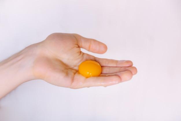 Żółtko w ręce kobiety