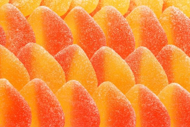 Żółto-różowa marmolada w kształcie serc cukierków w cukrze