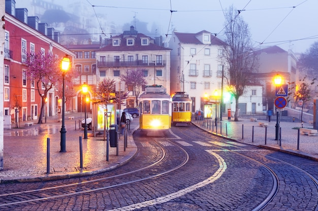 Żółty 28 tramwaj w alfama, lizbona, portugalia