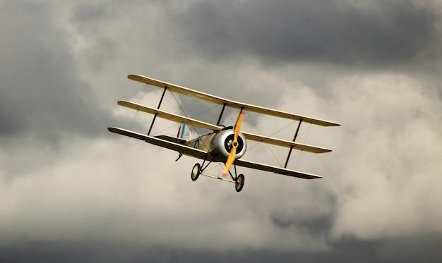 Żółty antonow an-2 na ciemnym pochmurnym niebie
