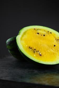 Żółty arbuz w ciemności