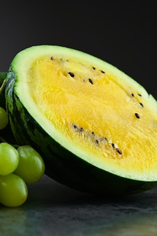 Żółty arbuz z winogronami.