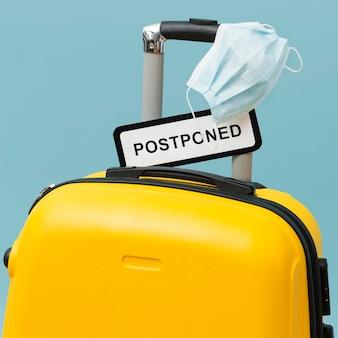 Żółty bagaż z przełożonym znakiem
