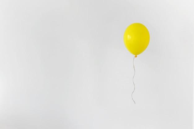 Żółty balon. minimalna koncepcja strony
