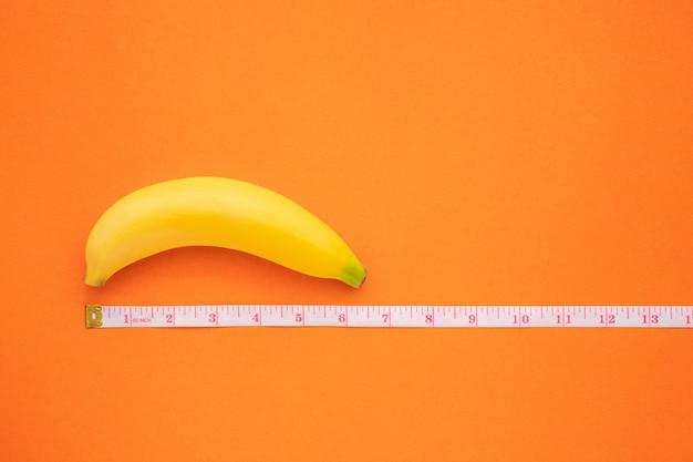 Żółty banan z taśmą pomiarową