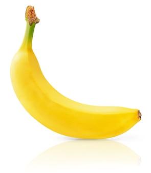Żółty banan ze ścieżką przycinającą na białym tle na białej powierzchni.
