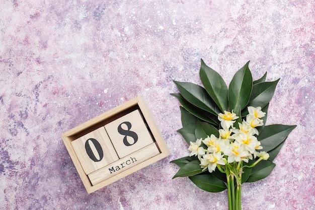 Żółty biały żonkil, narcyz, jonquil kwiat na jasnym tle. 8 marca dzień kobiet.