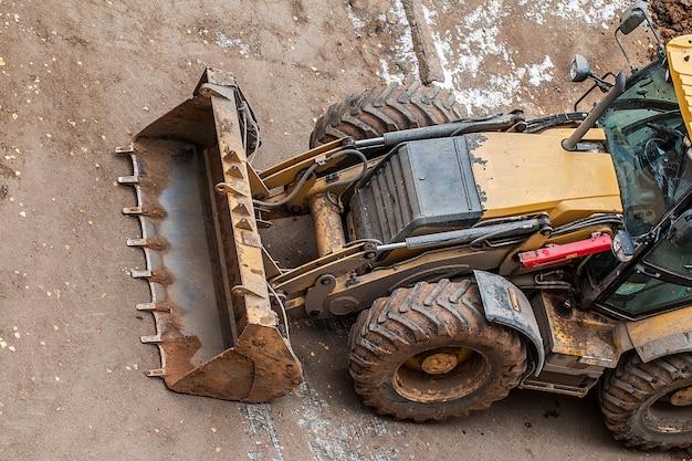 Żółty ciągnik do robót drogowych