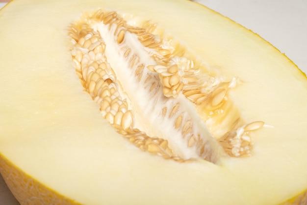 Żółty dojrzały melon pokrojony w pół zbliżenie sezonowe jagody