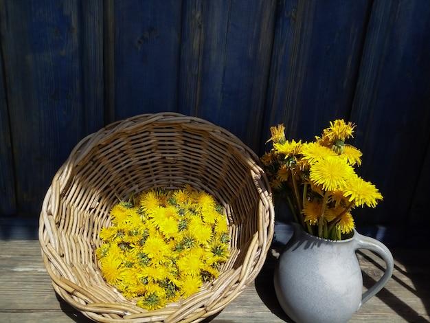 Żółty duży mniszek kwiaty w wazonie, wikliny