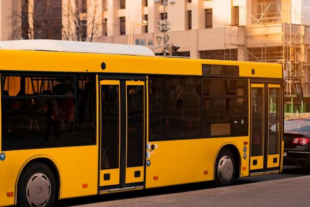 Żółty elektryczny autobus w mieście. emisje zerowe. alternatywna energia