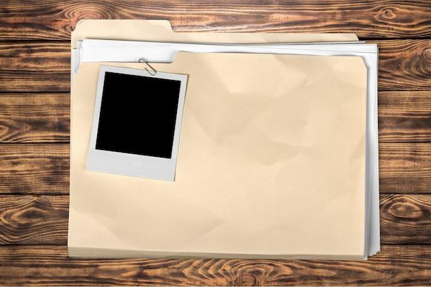 Żółty folder plików na drewnianym tle