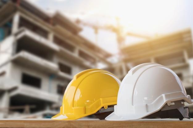 Żółty i biały kask bezpieczeństwa na budowie