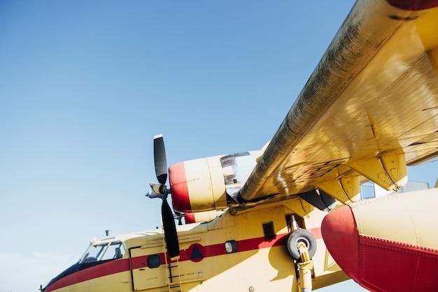 Żółty i czerwony malowany rzadki samolot na zewnątrz