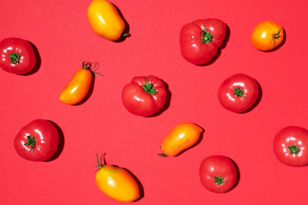 Żółty i czerwony pomidoru wzór na czerwonym tle