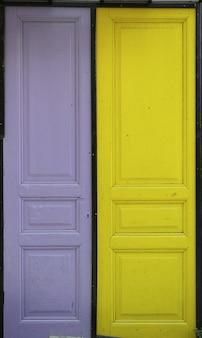 Żółty i fioletowy drzwi