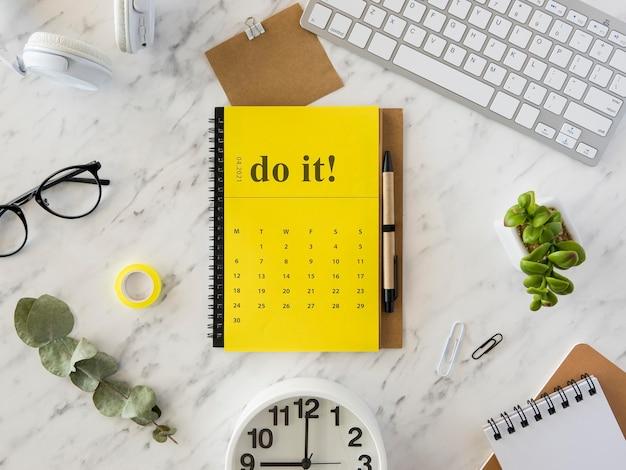 Żółty kalendarz na biurko leżący na płasko