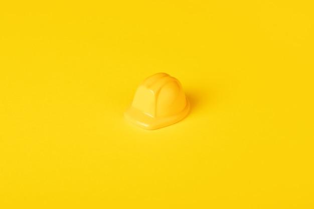 Żółty kask dziecięcy, koncepcja konstrukcji, minimalistyczne zdjęcie