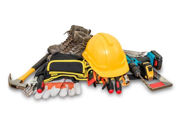 Żółty kask ochronny do budowy i narzędzi na białym tle.