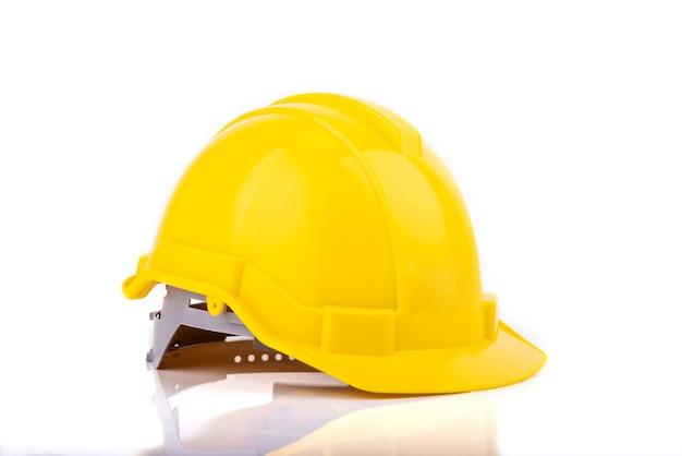 Żółty kask ochronny lub kask na białym tle
