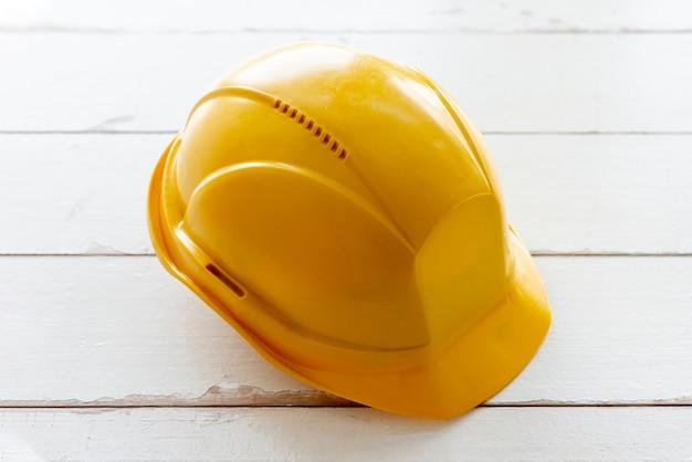 Żółty kask ochronny o wysokim kącie