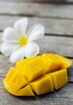 Żółty kwiat mango i plumeria