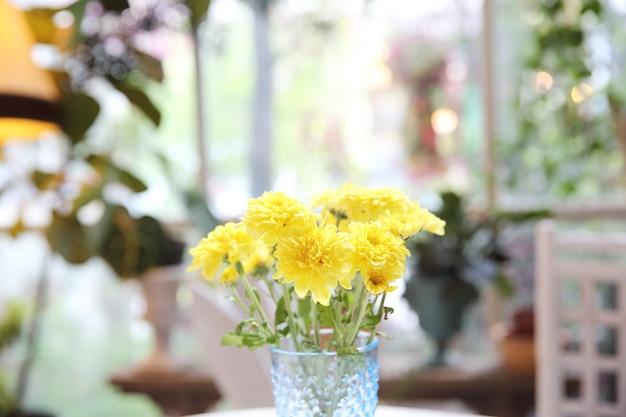 Żółty kwiat w słoiku