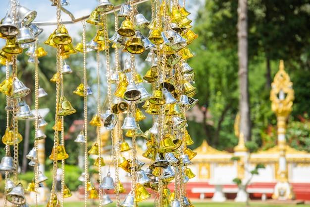 Żółty mały złoty i srebrny dzwonek