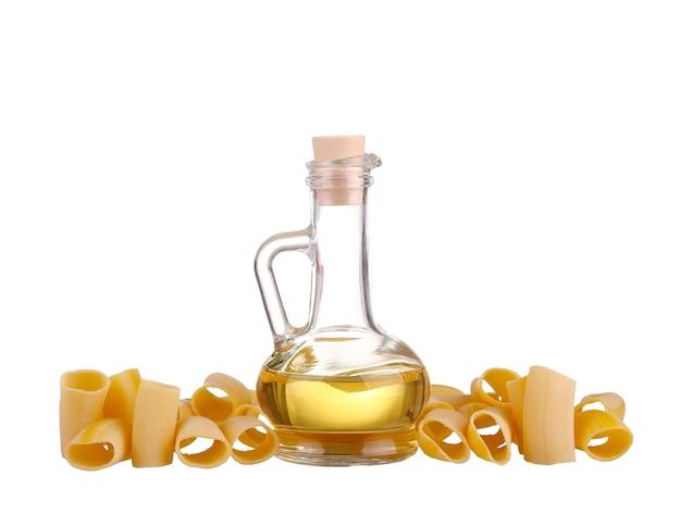 Żółty olej w butelce z makaronem