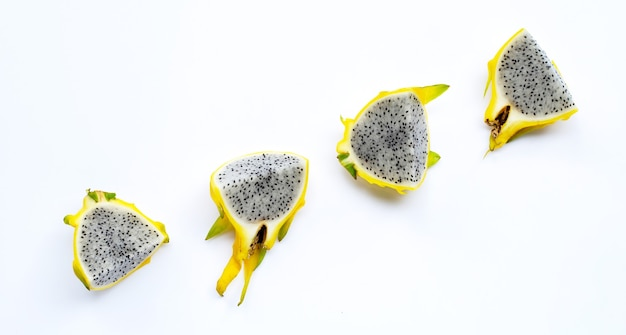 Żółty owoc pitahaya lub smoka na białym tle