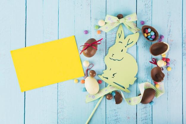 Żółty Papier W Pobliżu Kompozycji Wielkanocnych Darmowe Zdjęcia