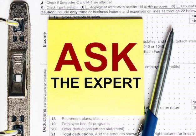 Żółty papier z tekstem zapytaj eksperta.