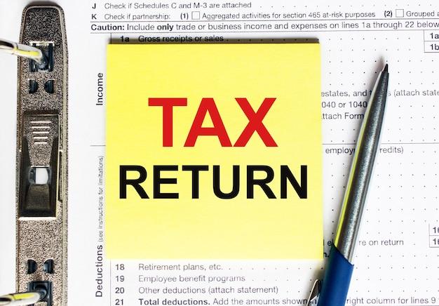 Żółty papier z tekstem zwrot podatku, koncepcja