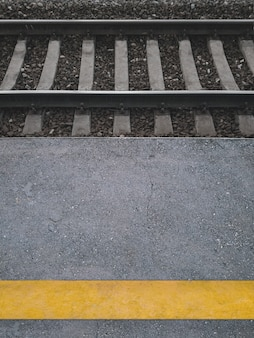 Żółty pasek na kolejowym peronie pasażerskim